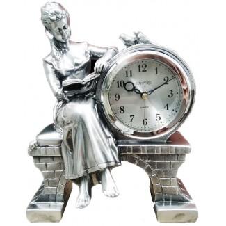 Stolové hodiny žena číta knihu